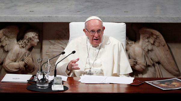 البابا فرنسيس يحضر قداسا في كتدرائية سان ماري أثناء زيارته لدبلن بأيرلندا