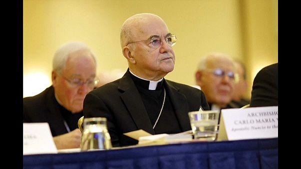 الأسقف كارلو ماريا فيجانو الذي دعا البابا إلى الاستقالة