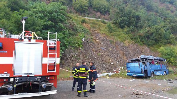 Tűzoltók a Svoge melett szerencsétlenül járt autóbusz roncsainál