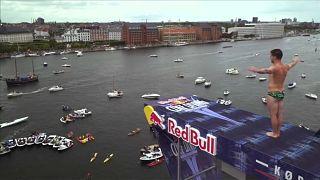 رقابتهای شیرجه ارتفاع ردبول؛ پرش از پشتبام سالن اپرای کپنهاگ