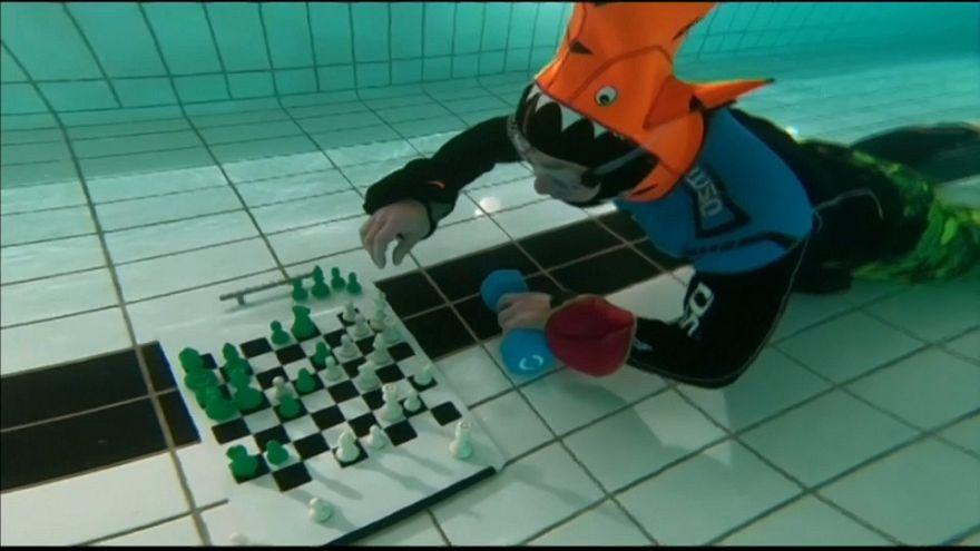 Ajedrez bajo el agua para combatir el calor