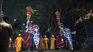 Красочная процессия в Канди