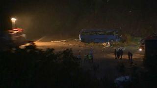 Bus stürzt 20 Meter in Schlucht: 16 Tote
