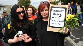 Gyermekek tömegsírjánál tüntettek Írországban az egyházfő látogatása ellen