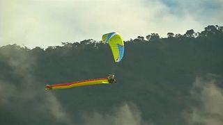 Űrdongó és barátai ejtőernyővel Bolíviában