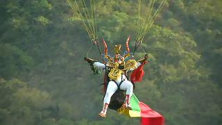 شاهد: هواة الطيران الشراعي يحلقون فوق جبال الأنديز