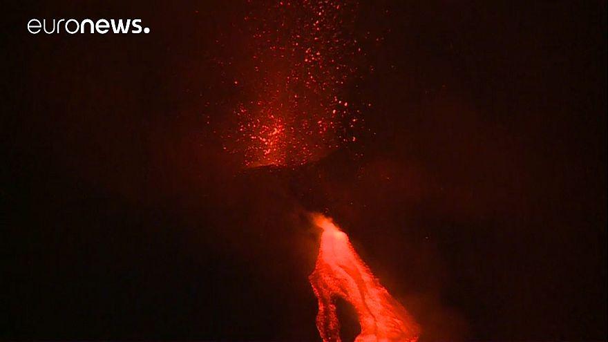 Video: Vulkan Ätna auf Sizilien erwacht, speit Lava und spuckt Feuer