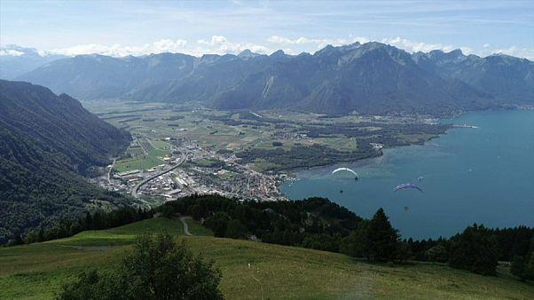 Compétition de parapente en Suisse avec la finale de l'Acro World Tour