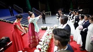 هاک-جا هان، رهبر فعلی فرقه وحدت مسیحیان، زوجها را متبرک میکند