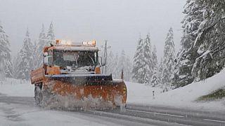 Von Hitzewelle zu Wintereinbruch: Schnee in Österreich, Italien und Süddeutschland (Video)