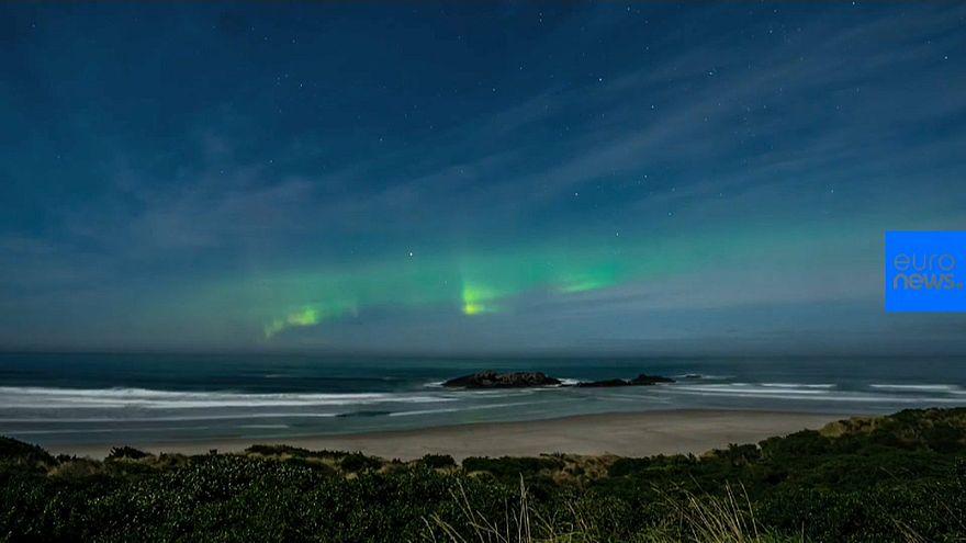 Aurora austral bajo la luna llena en Nueva Zelanda