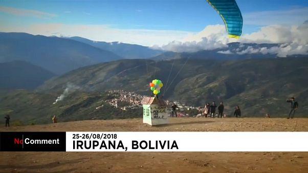 Parapentes em competição na Bolívia, com e sem disfarces
