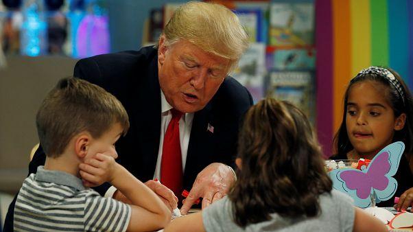 شاهد: ترامب يرسم علم بلاده باللون الخطأ