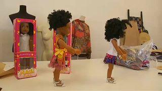 """""""أكيكي"""".. دمية إفريقية تُدخل الفرح والبهجة لدى أطفال القارة السمراء"""