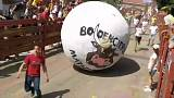كرة هائلة تسحق شخصا خلال احتفال الركض مع الطابات في مدريد
