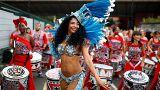 Une danseuse et des musiciens lors du carnaval de Notthing Hill à Londres