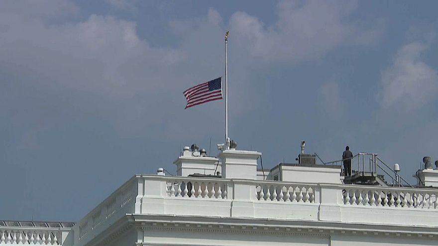 ترامب ينصاع للضغوطات ويأمر بتنكيس الأعلام حداداً على وفاة ماكين