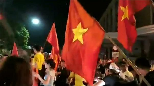 فرحة هستيرية تجتاح شوارع هانوي بعد صعود فيتنام إلى نصف نهائي دورة الألعاب الآسيوية