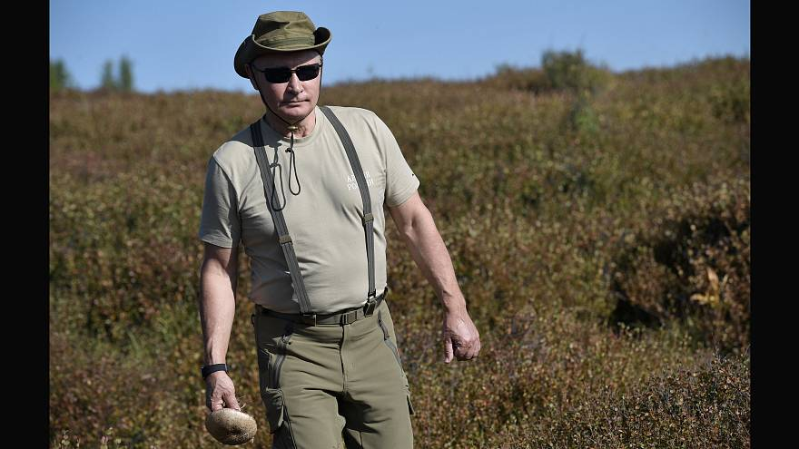 Un aventurero Vladímir Putin recorre las montañas siberiana