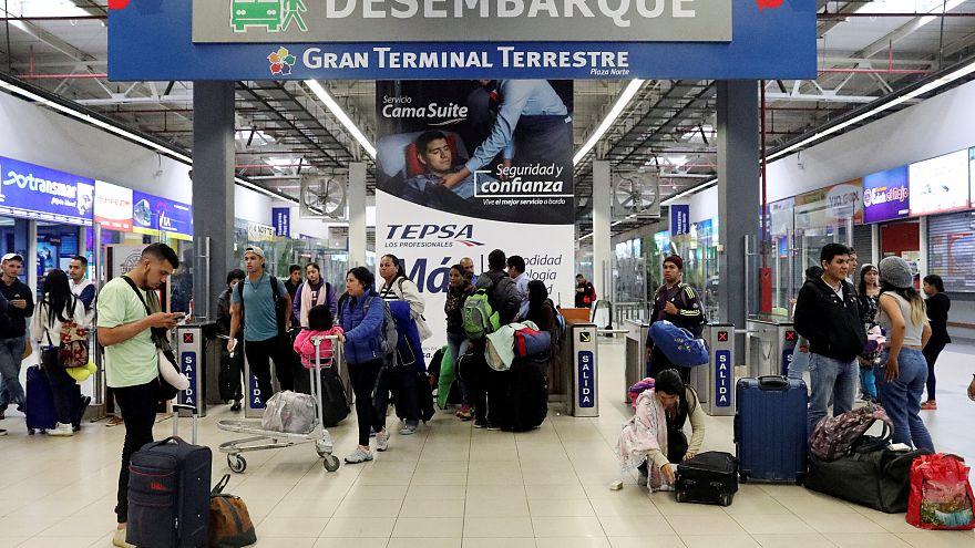 Maduro Venezuela'dan kaçanları geri getirmek için Peru'ya uçak gönderdi