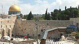 """شاهد: عمال النظافة يفرغون """"بريد الله"""" من حائط المبكى في القدس"""