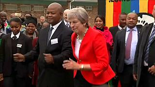 Il ballo di Theresa May in Sudafrica è virale
