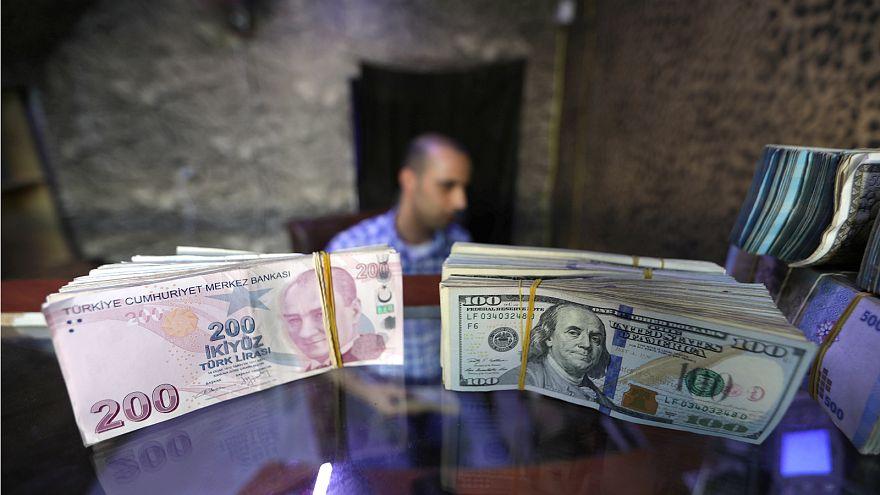 رزم أوراق نقدية تركية وأميركية - المصدر: رويترز