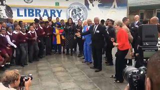 [Vídeo] Theresa May se marca un baile en Sudáfrica