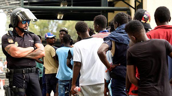 Detidos migrantes que pularam a cerca de Ceuta