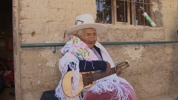 شاهد: سيدة تبلغ من العمر 118 عاما ولاتزال تستمتع بحياتها وتغني وتعزف