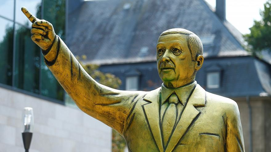 Retiran la estatua dorada de Erdogan que causó controversia en una ciudad alemana