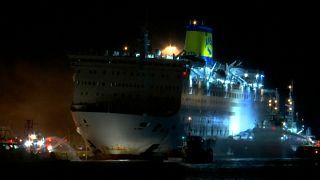 Brennende Fähre wieder sicher im Hafen von Piräus