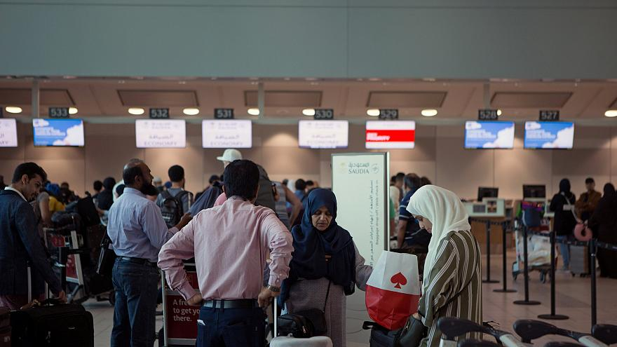 صورة لسعوديين أثناء مغادرتهم لكندا بعد قرار المملكة بعودة مواطنيها