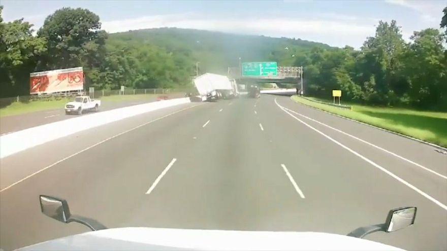 شاهد: انقلاب شاحنة محملة بالحلوى على الطريق السريع في نيوجيرسي