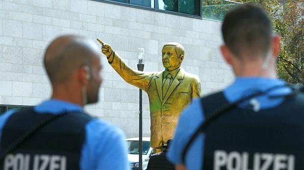 مجسمه اردوغان در آلمان به پایین کشیده شد