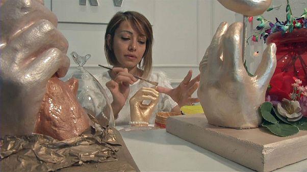 شاهد: فنانة مصرية تستخدم تقنية خاصة للاحتفاظ بتذكارات غالية