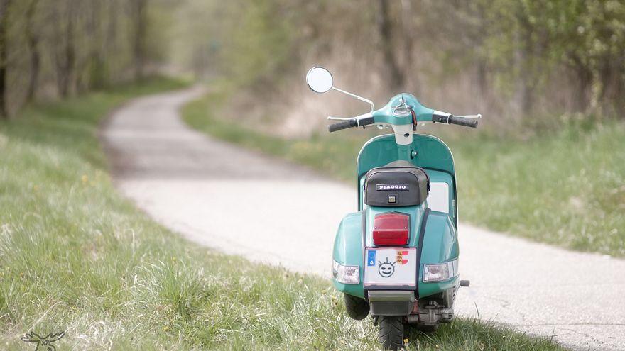 """شاهد: دراجة """"فيسبا"""" الإيطالية تواكب العصر وتنتج أولى دراجتها الكهربائية"""