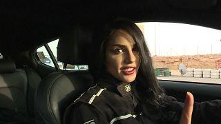 """شاهد: سعودية تتحدى الرجال في سباق """"الدريفتينغ"""""""