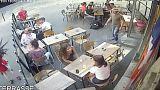 الشرطة الفرنسية تعتقل الشاب الذي صفع فتاة فرنسية في الشارع في تموز الماضي