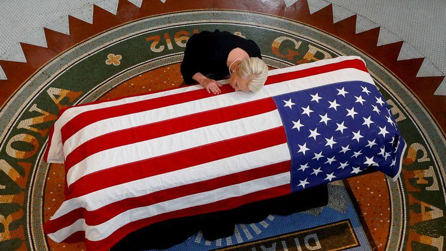 Tausende Menschen nehmen Abschied von US-Senator McCain (†81)