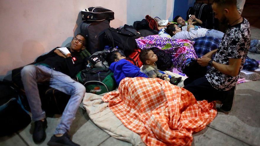 Venezolanos en el Centro de Servicios Fronterizos en Tumbes, Perú.