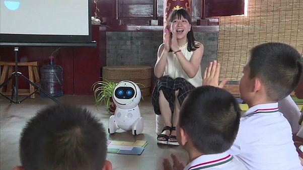 Une institutrice chinoise enseigne avec Keeko le robot