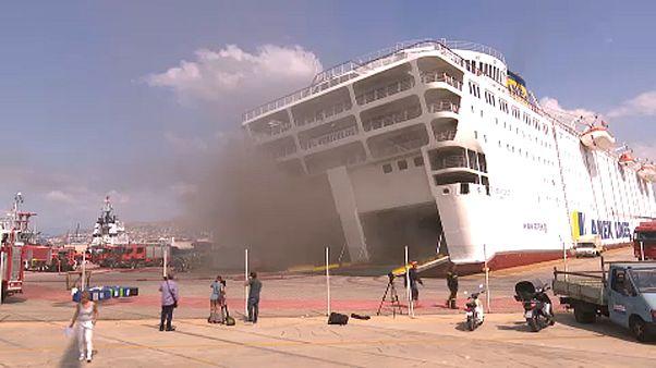 A sűrű füst hátráltatja a görög komp oltását