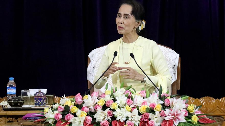 Aung San Suu Kyi sob pressão internacional