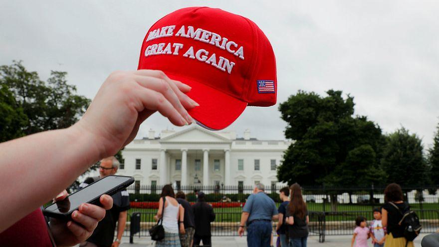 القبض على طالبة أمريكية رمت قبعة تحمل شعار ترامب على الأرض
