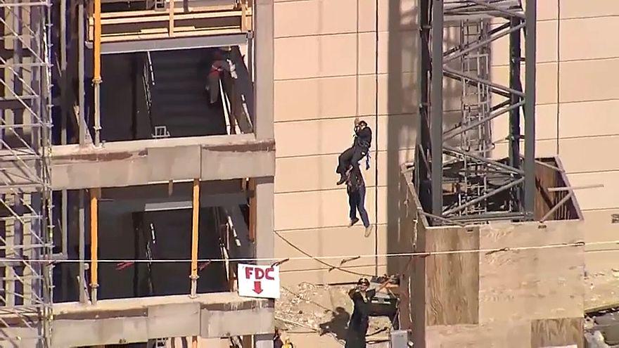 شاهد: إنقاذ مشغّل رافعة في دالاس من على ارتفاع نحو 60  متراً
