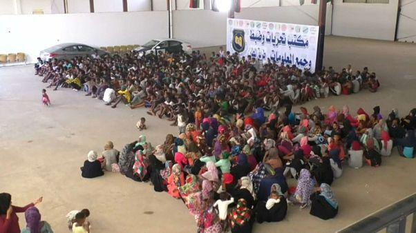 Reubican a inmigrantes en Libia por combates
