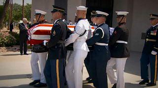 El féretro de McCain llega a Washington para dos días de tributos