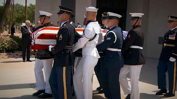 """L'hommage du démocrate Joe Biden à son """"frère"""" républicain John McCain"""