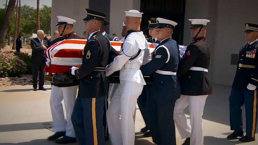 Joe Biden na homenagem a McCain em Phoenix